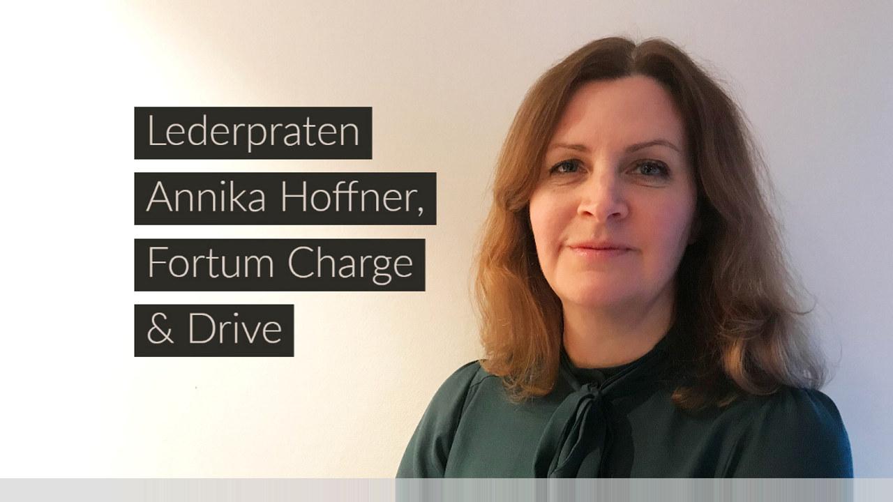 Teksten Lederpraten Annika Hoffner Fortum Charge & drive ved siden av bilde av en dame. Fotoillustrasjon