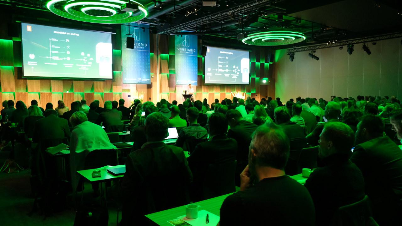 Konferansesal med mennesker. foto