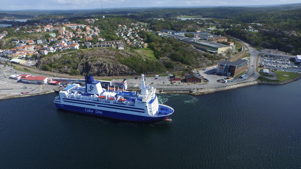 Bilde av cruiseskip som ligger ved land