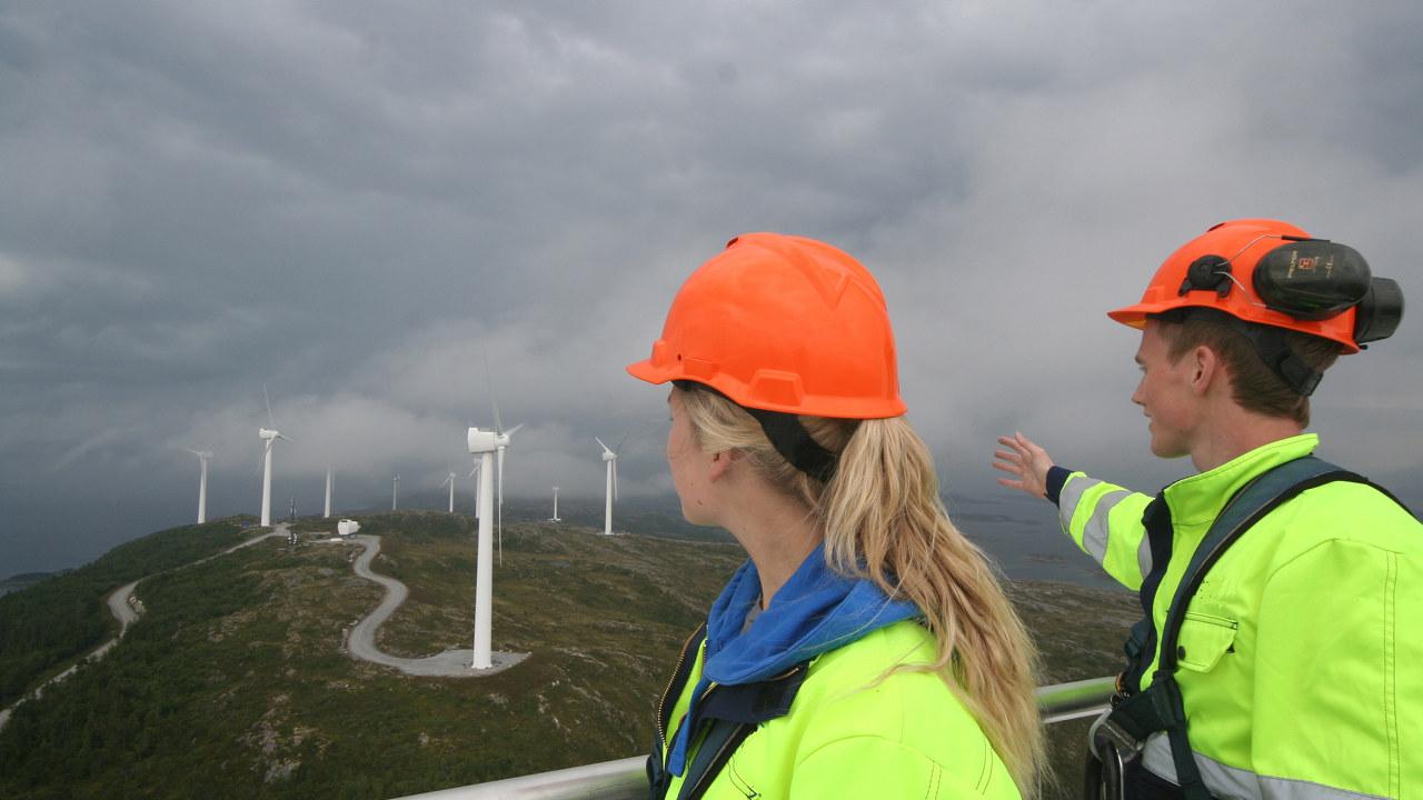 Sivilingeniører på tur i vindmøllepark