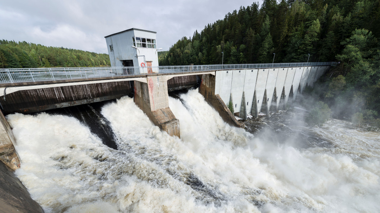 Store vannmengder ved  Evenstad kraftverk.Foto: Kjell Inge Søreide
