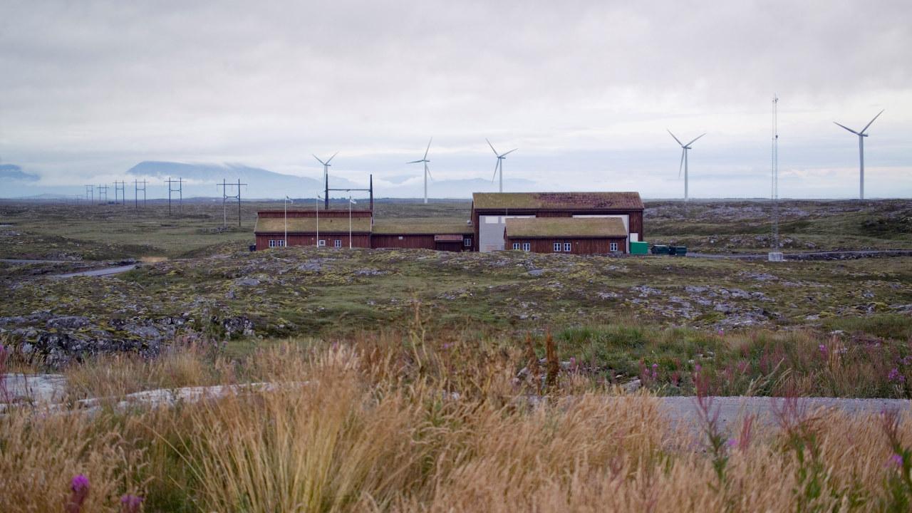 vindmøller i flatt terreng. Foto