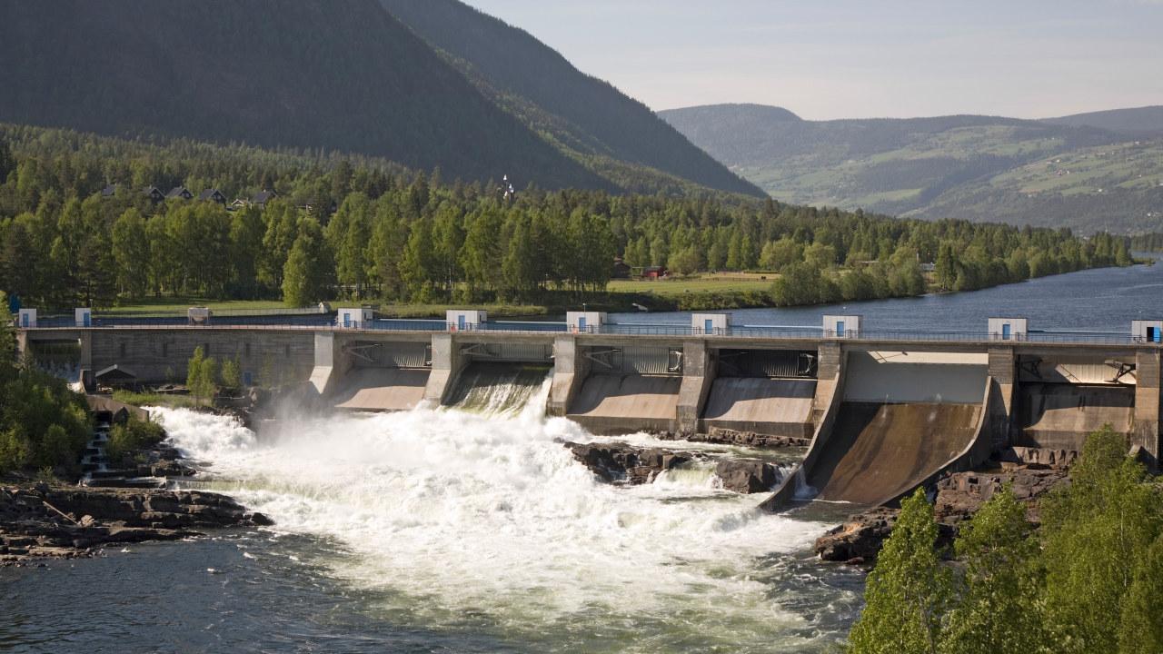 Bent NordengAvgiftsfri arkivbilde-ID: 1564036A small dam and power plant in Gudbrandsdal, eastern Norway - Bilde