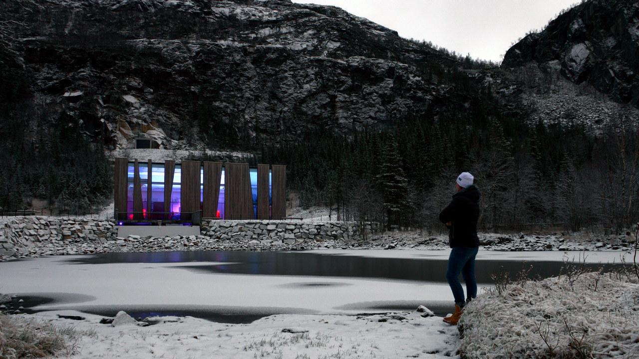 Øvre Forsland kraftstasjon som er lyssatt om vinteren. Foto