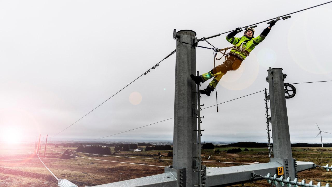 rbeidet med å bygge ny kraftlinje mellom Kartavoll og Opstad i Hå kommune er i full gang. Dette blir ny hovedlinje for strømforsyning til Sør-Jæren. Det bygges ny transformatorstasjon på Opstad hvor linjen skal knyttes til. Det er Hallingmast som bygger linjen for Lyse Elnett. Fotograf: Fredrik Ringe