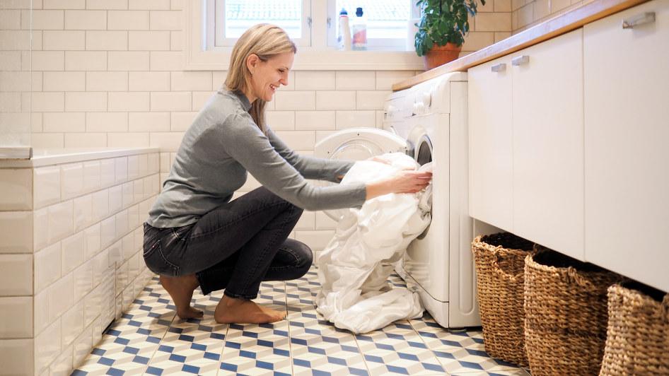 Dame vasker klær. Til trykk