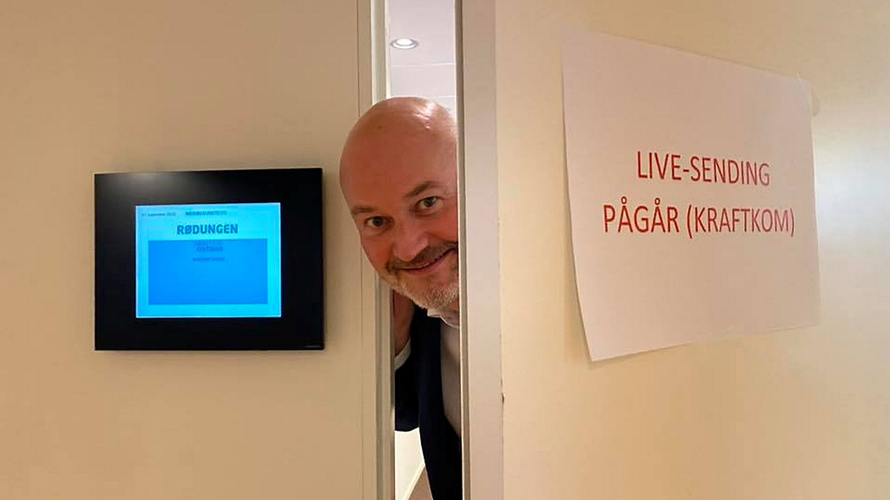 Foto: Aslak Øverås titter ut gjennom dørsprekken