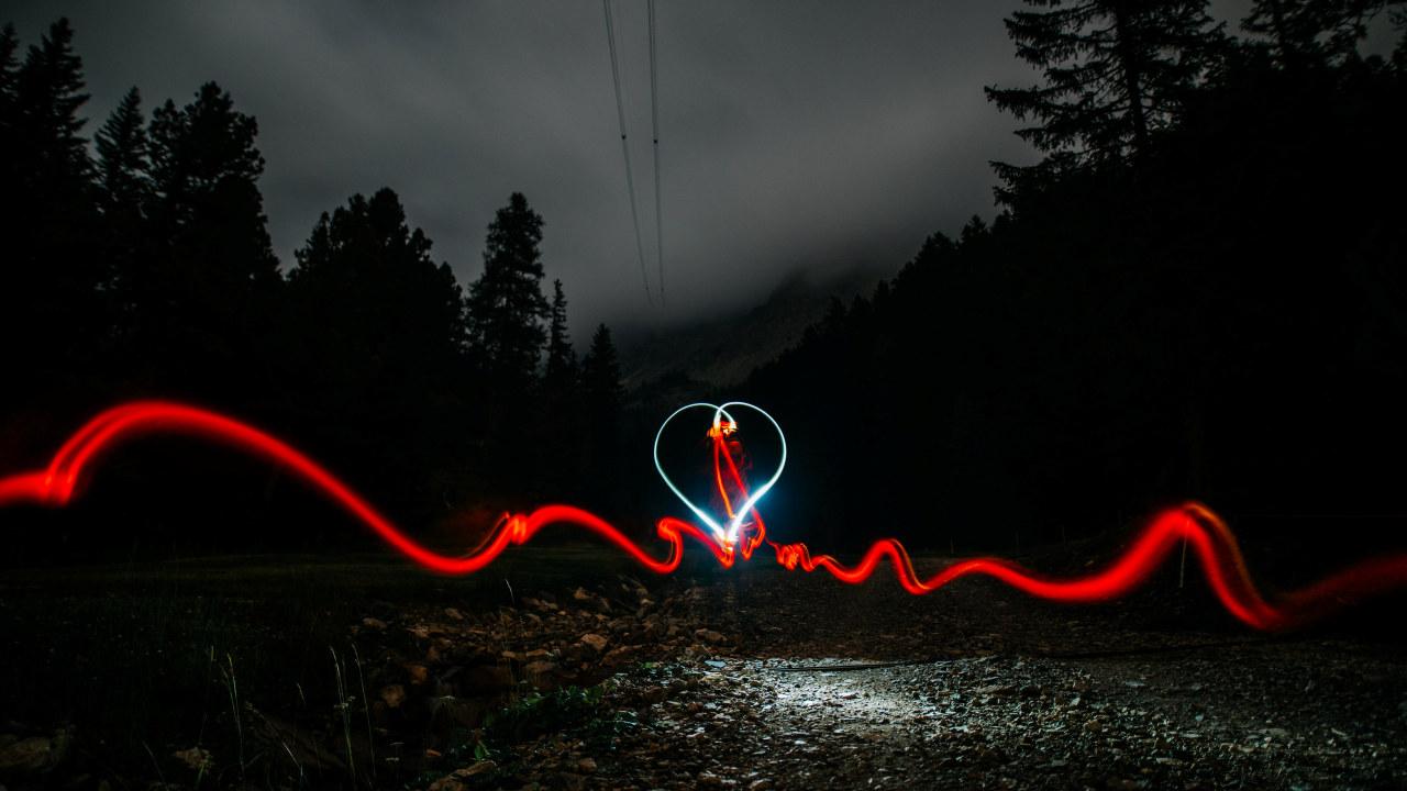 Foto: Et hjerte lyser opp nattehimmelen.