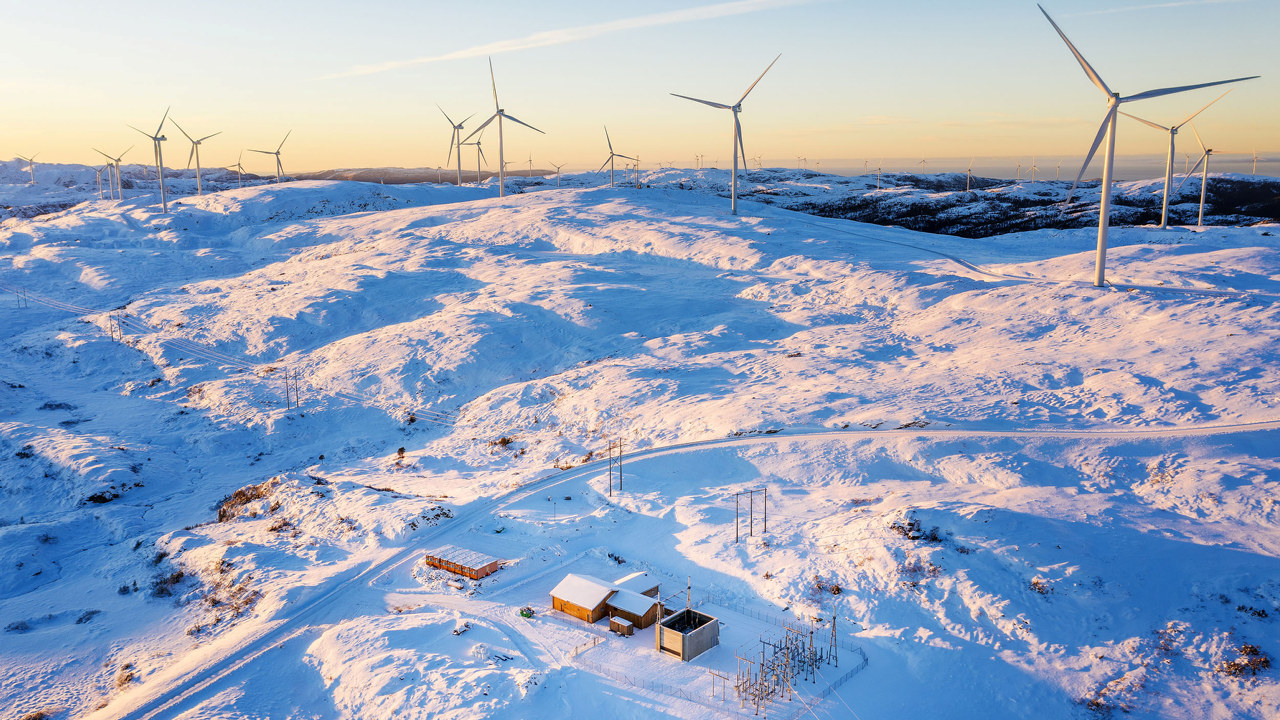Foto: Roan vindpark på vinteren med snø.