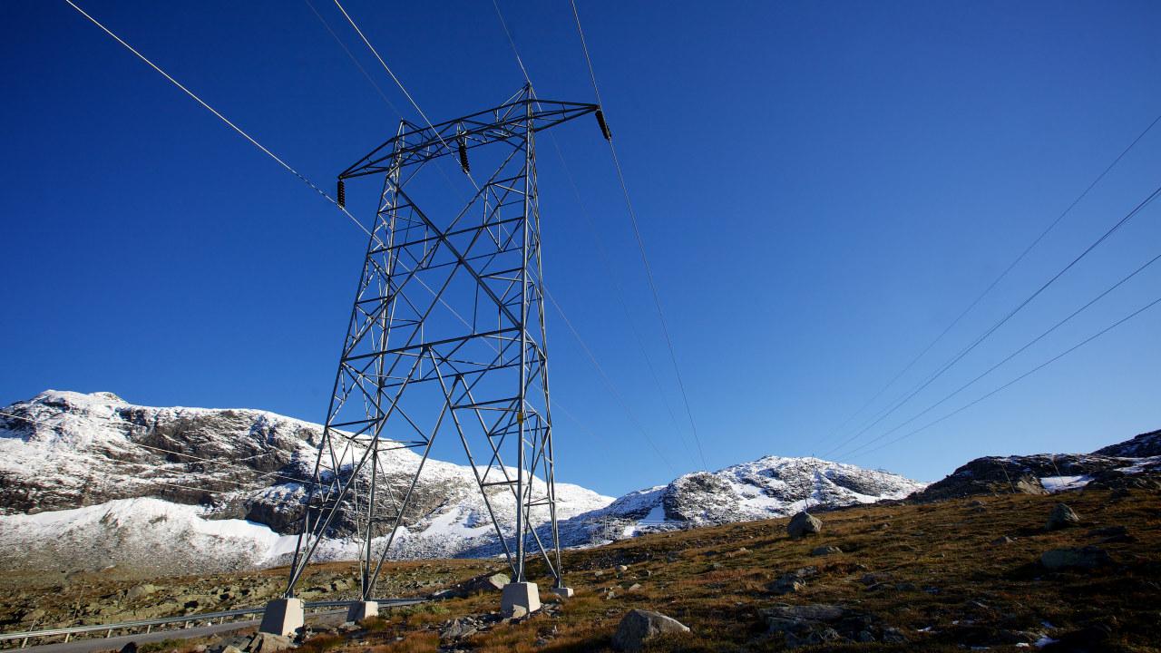 Foto: Kraftmast på fjellet.