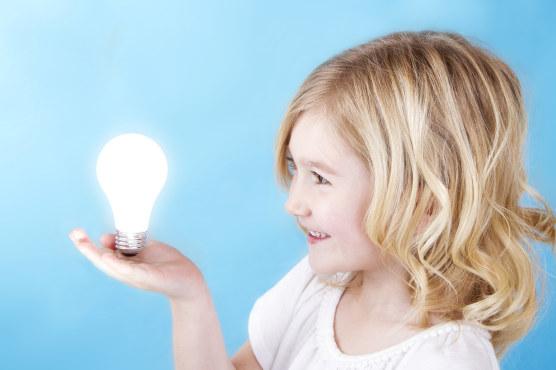 Jente med en lyspære i hånden