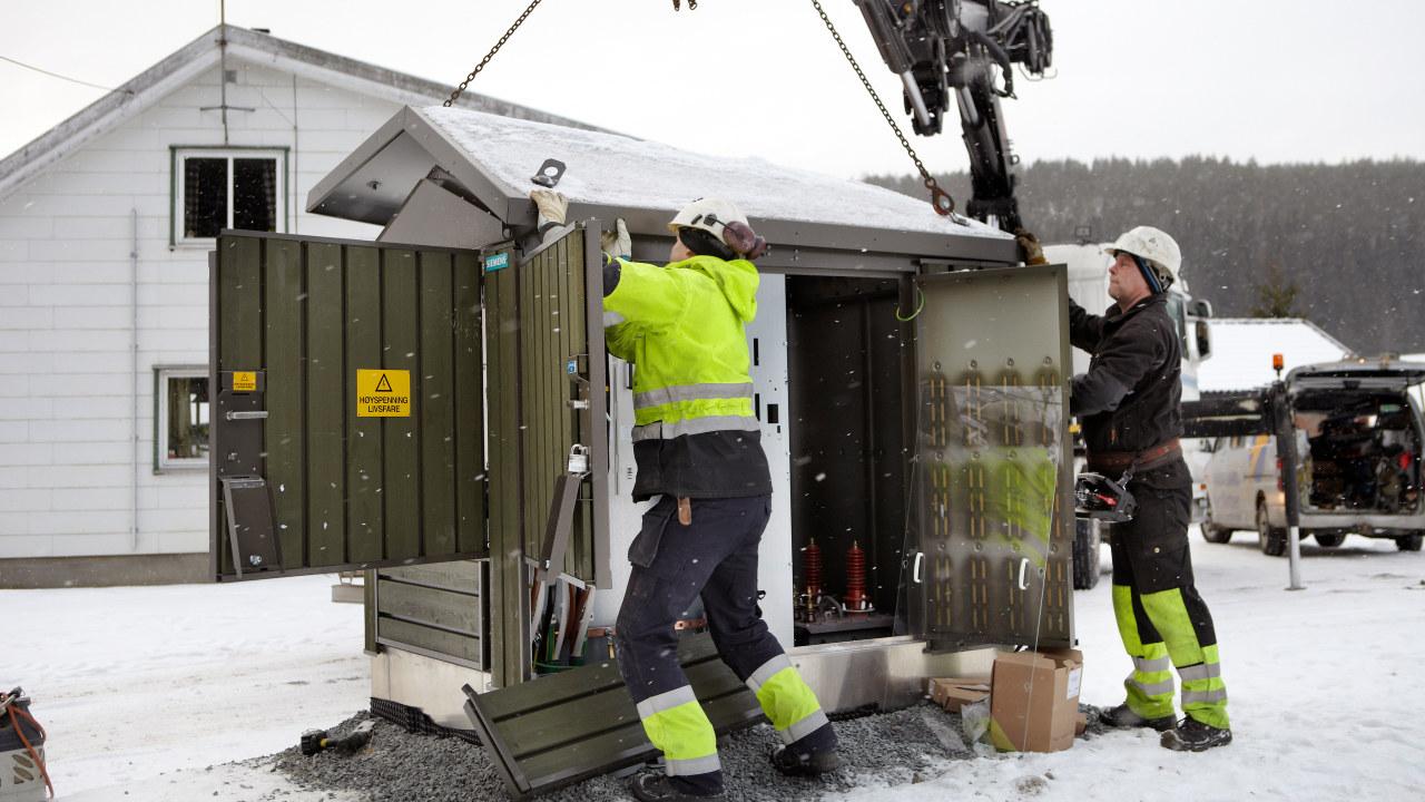 Foto: To menn jobber på stasjonsanlegg