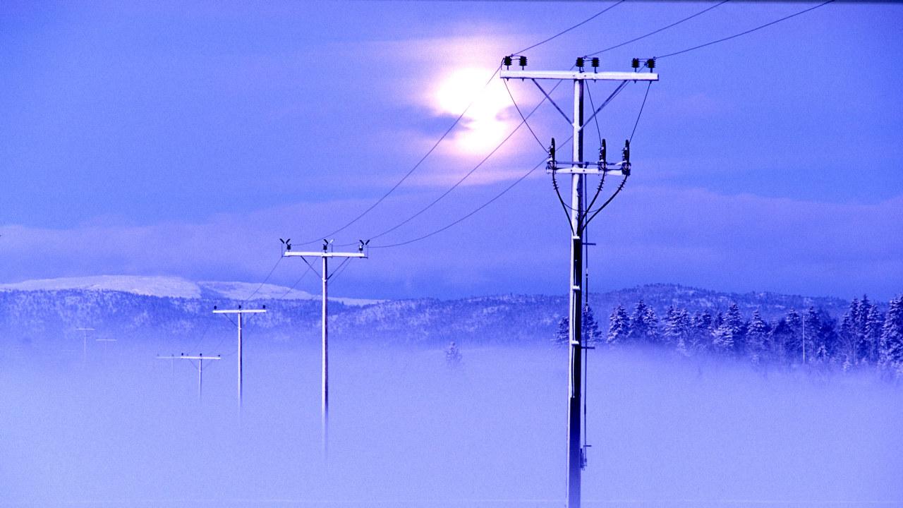Foto: Snøyføyk og strømmaster