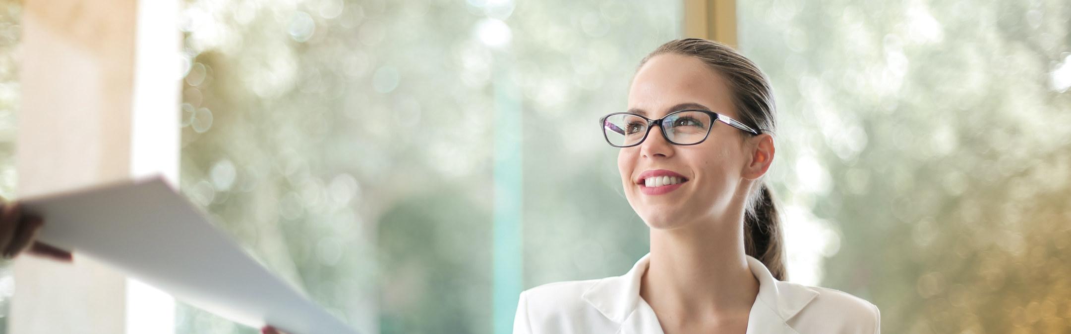 Foto: Dame med briller smiler