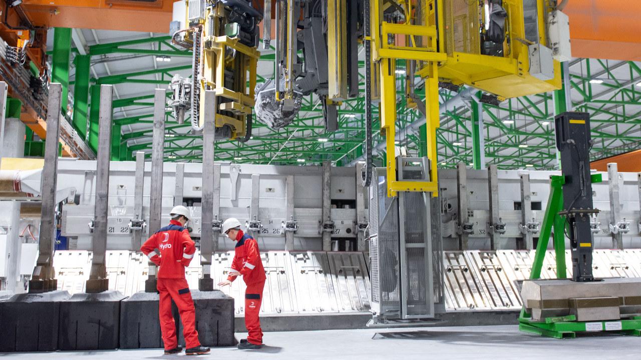 Foto: To menn arbeider i Hydro aluminium sin fabrikkhall.