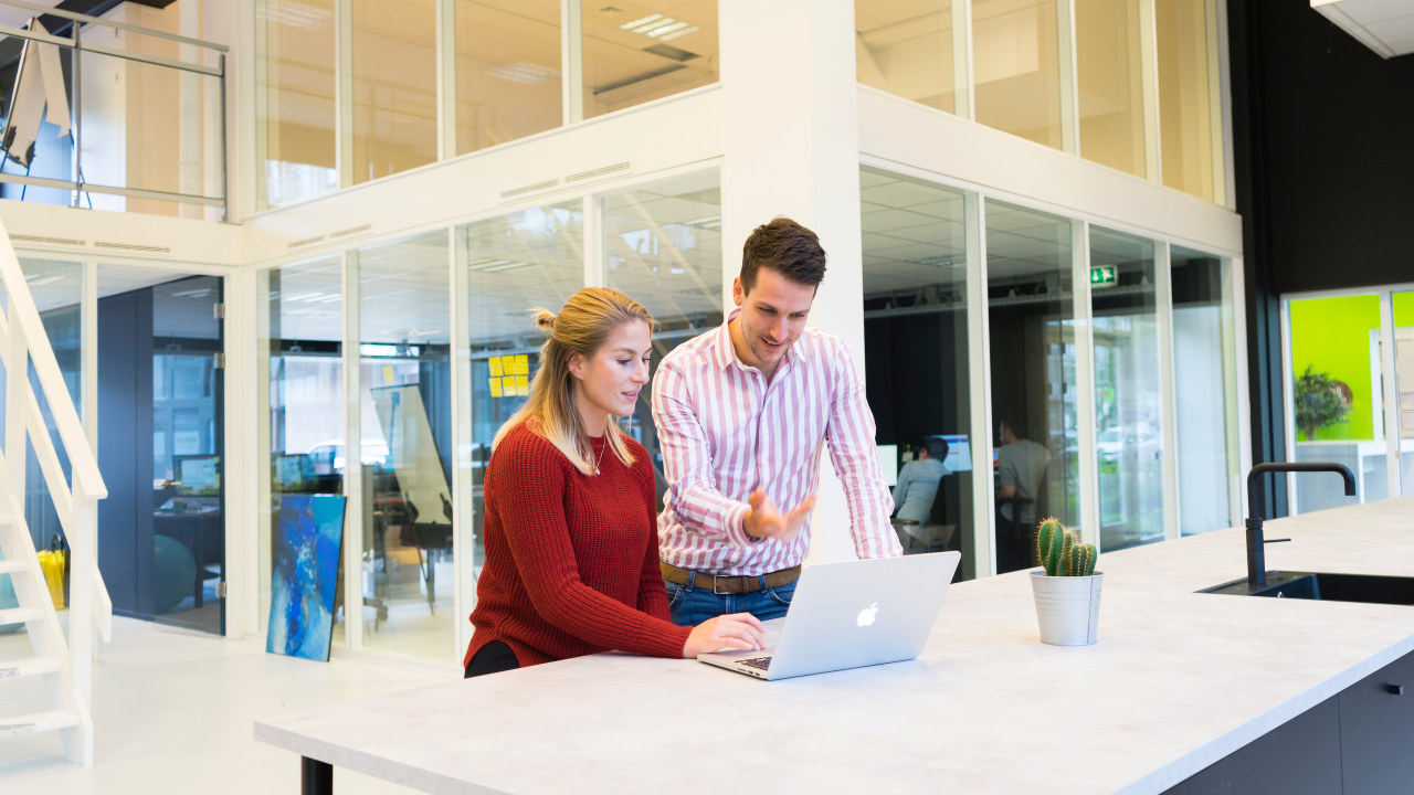 Foto: En dame og en mann jobber sammen på en pc. Foto: Elevate Digital / Pexels