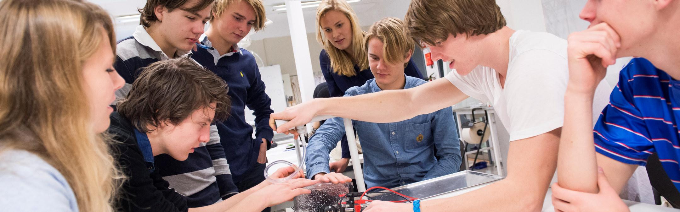 Ungdommer jobber med et eksperiment i en fysikktime. Foto
