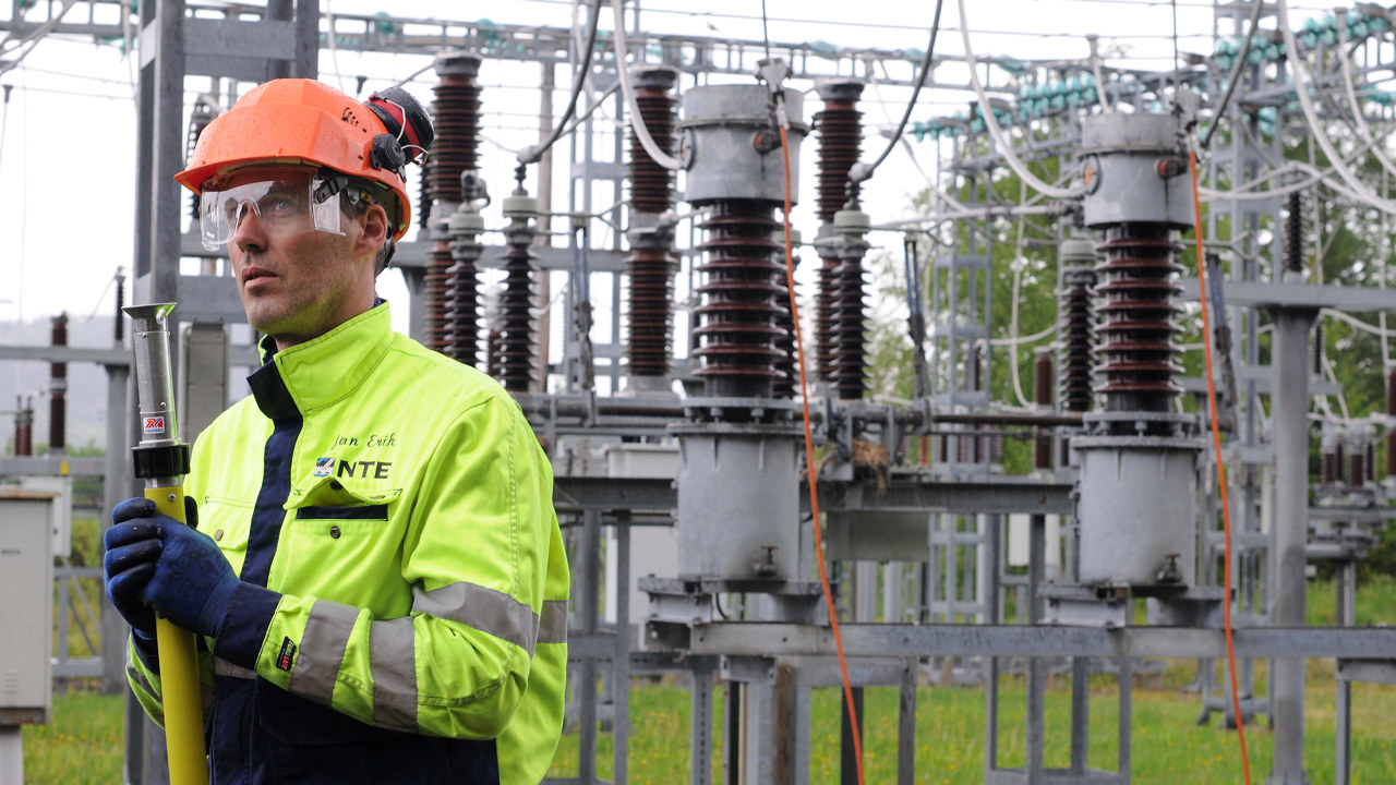 Energioperatør jobber på en trafo. Foto