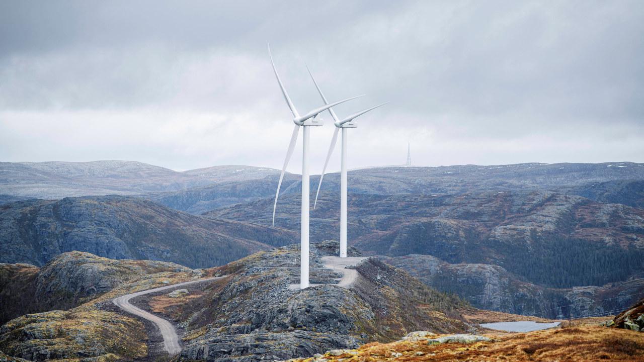 Roan vindpark på fjellet med en vei opp til vindmøllene. Foto