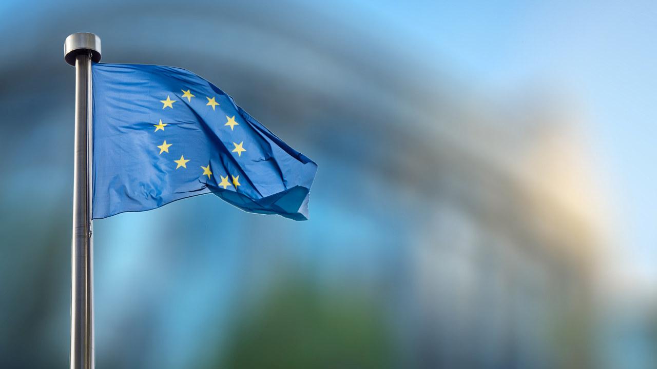 EU flagg med dus bakgrunn