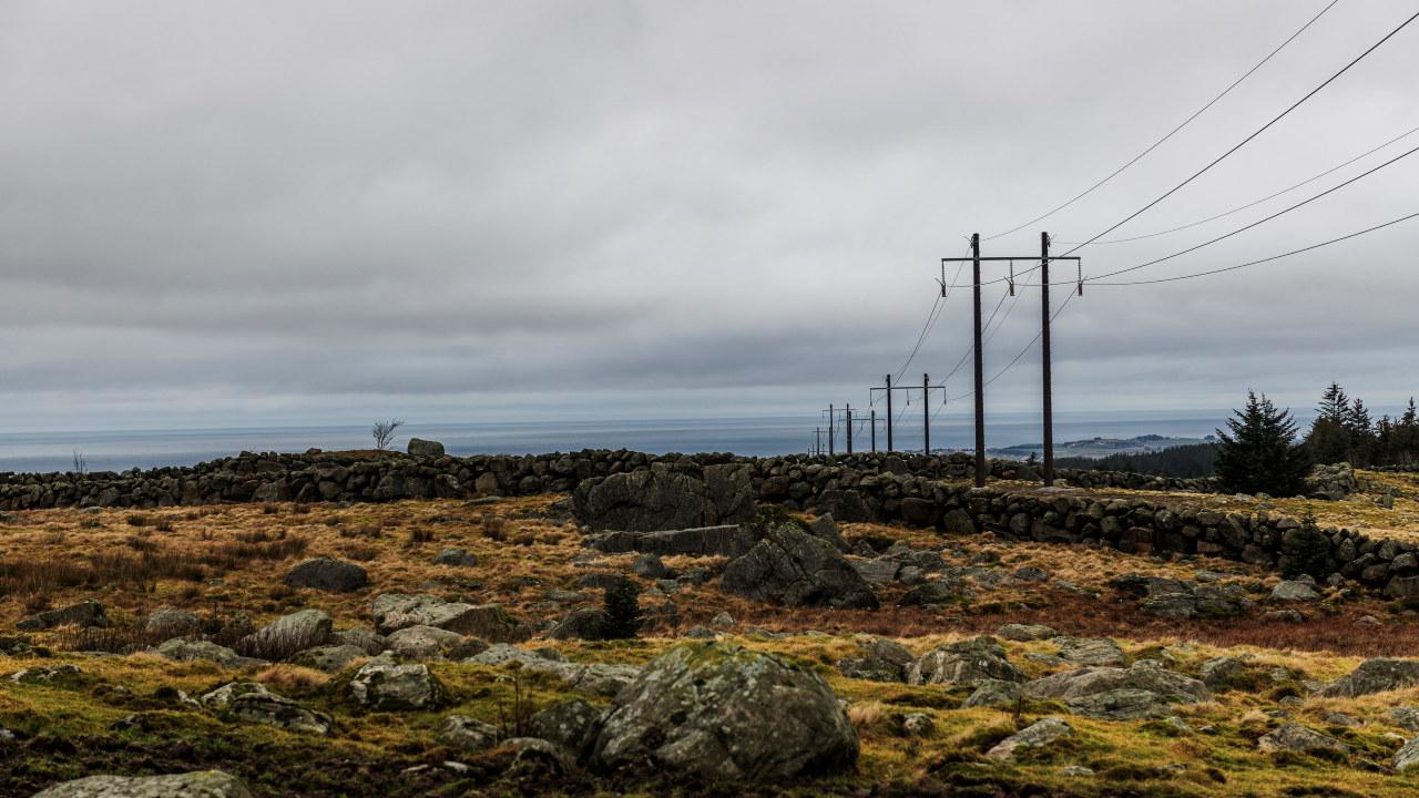 Arbeidet med å bygge ny kraftlinje mellom Kartavoll og Opstad i Hå kommune er i full gang. Dette blir ny hovedlinje for strømforsyning til Sør-Jæren. Det bygges ny transformatorstasjon på Opstad hvor linjen skal knyttes til. Det er Hallingmast som bygger linjen for Lyse Elnett. Fotograf: Fredrik Ringe