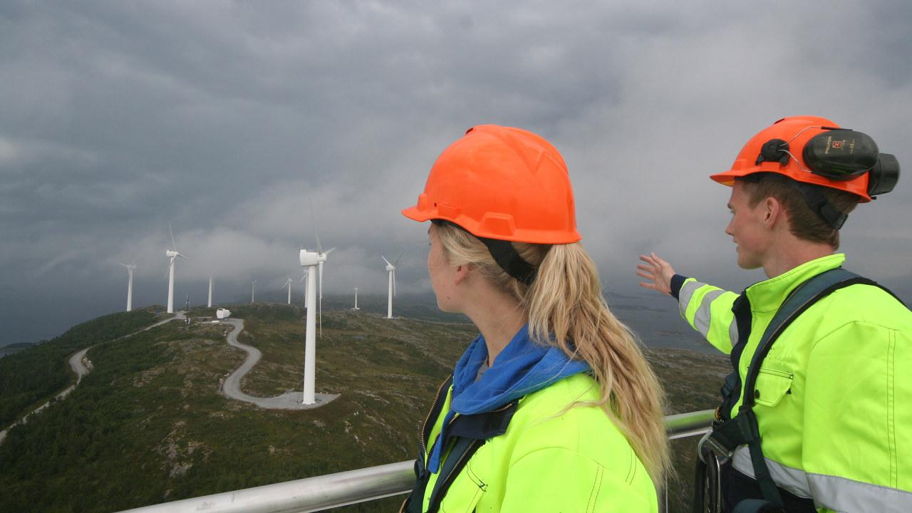 Sivilingeniører på tur i vindmøllepark. Foto